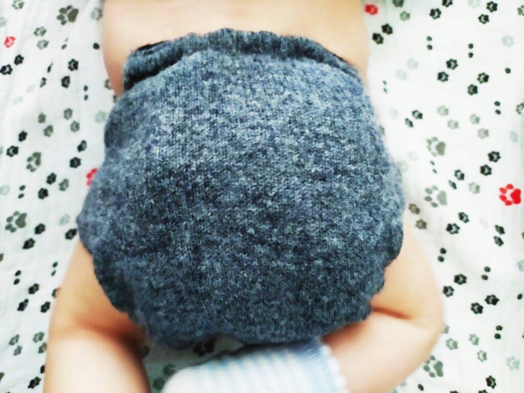 Dziecko w pieluszce wełnianej